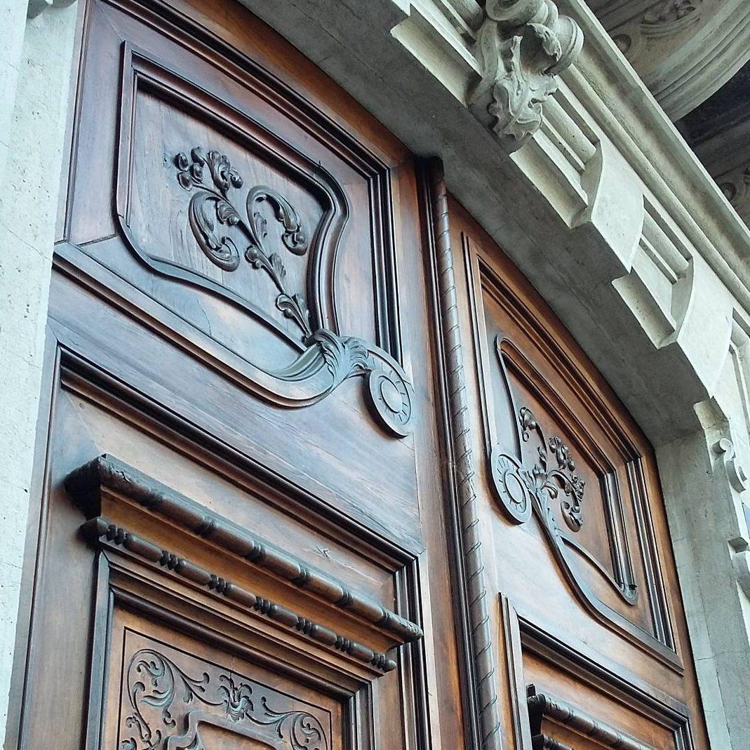 Magestic wooden door art nouveau tour